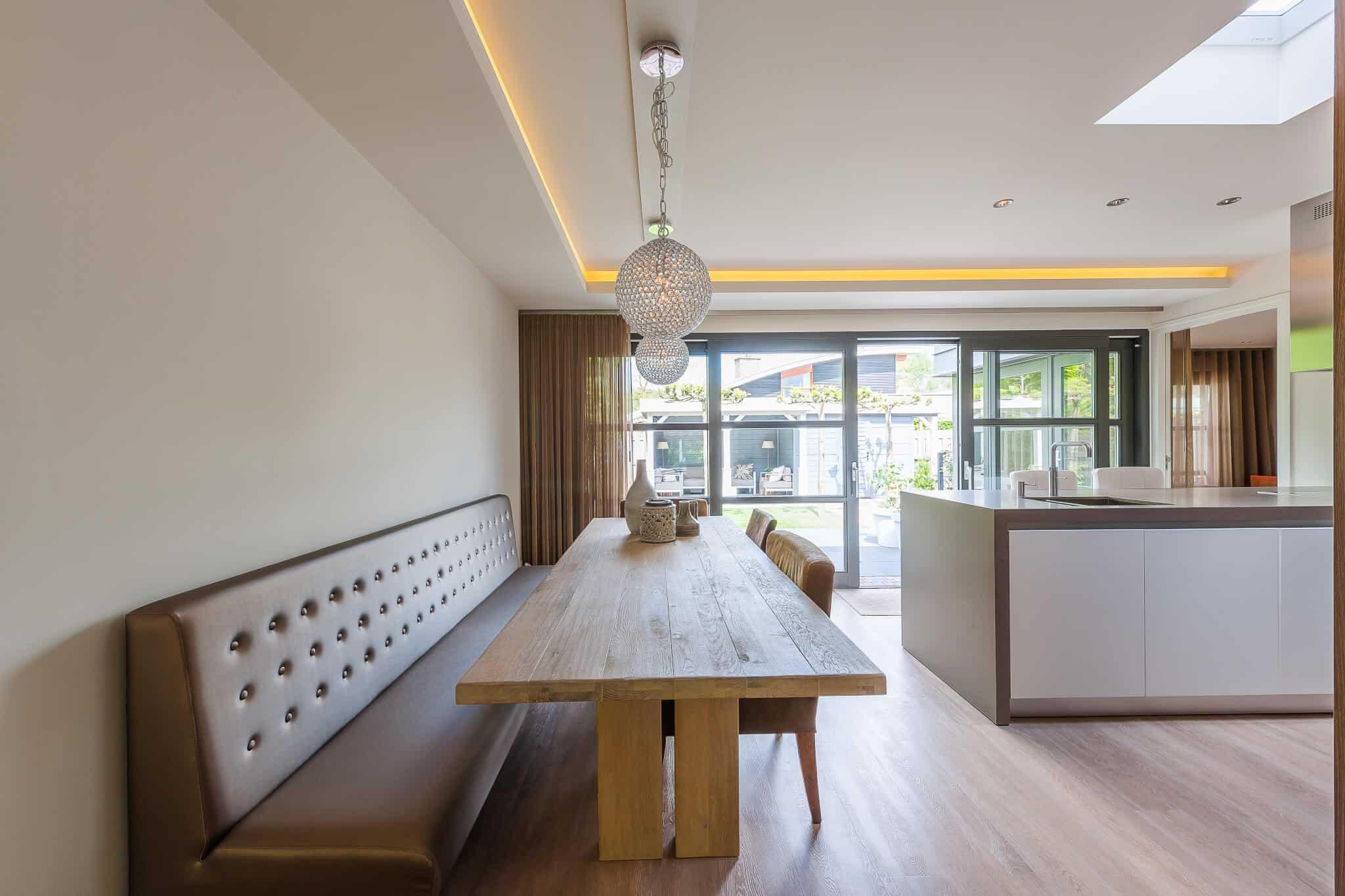 interieurarchitect ontwerp woonkamer wandbank keuken en lichtkoepel Wildenberg