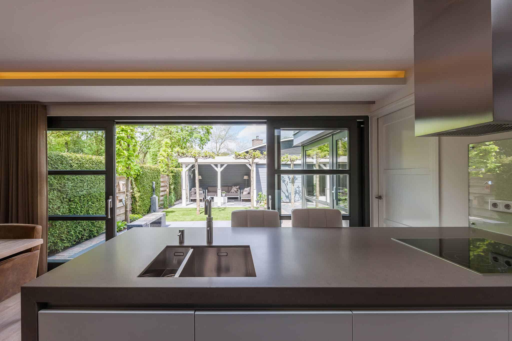 binnenhuisarchitect ontwerpt uitbouw met keuken en schuifpui Wildenberg interieur design