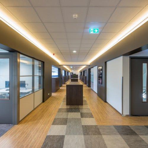 Wildenberg interieurarchitectuur Stan ontwerpt hoofd kantoor verkeersruimte hal met indirecte verlichting
