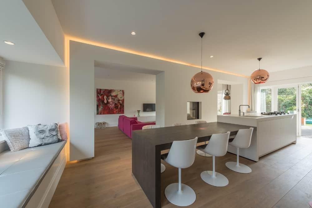 XXL ontwerp Stan Wildenberg woonkamer, indirecte verlichting kookeiland met woonkeuken en lange zitvensterbank