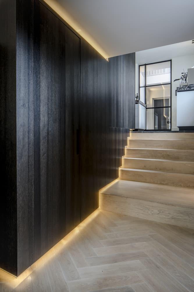 Klooster villa interieurarchitect Stan Wildenberg ontwerp trap kelder kantoor kastruimte langs houten muur indirecte verlichting