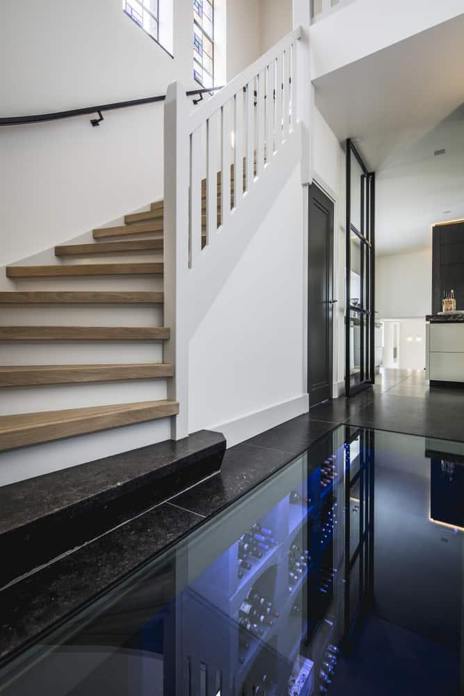 Klooster villa interieurarchitect Stan Wildenberg ontwerpt renovatie hal glazen vloer wijnkelder