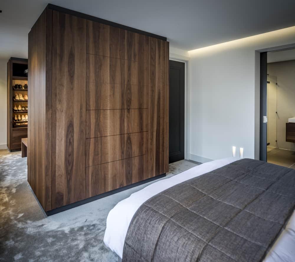 Kloostervilla interieurarchitect ontwerpt slaapkamer met maatwerk televisiekast deur gesloten