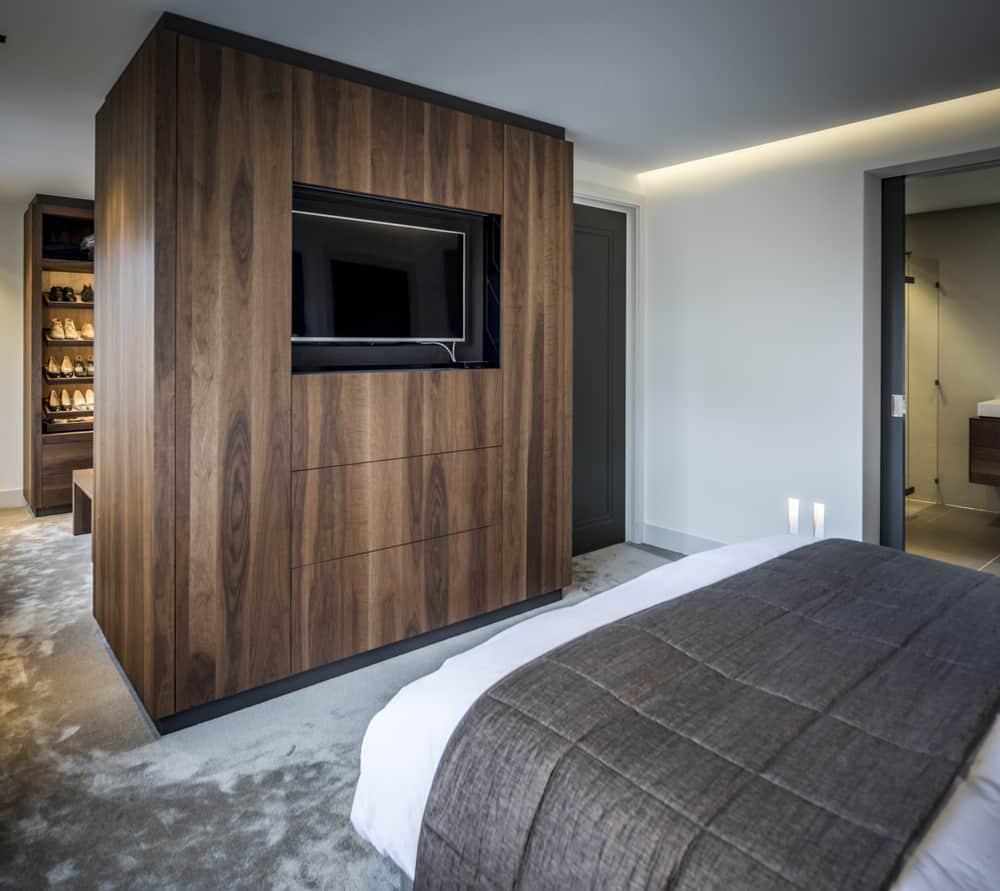 Kloostervilla interieurarchitect Stan Wildenberg ontwerp slaapkamer met maatwerk televisiekast