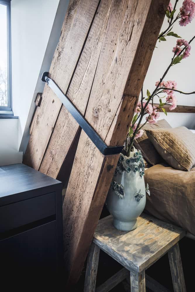 Kloostervilla interieurarchitect Stan van den Wildenberg ontwerpt slaapkamer met originele details