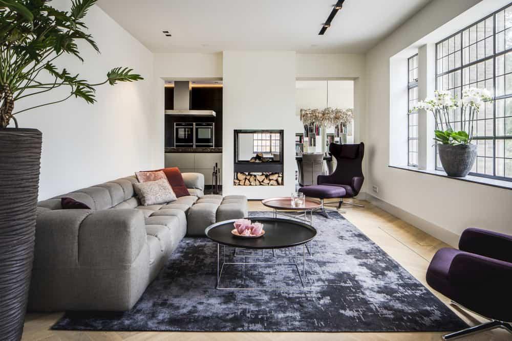 Kloostervilla interieurarchitect ontwerpt woonkamer met veel licht en doorkijkhaard