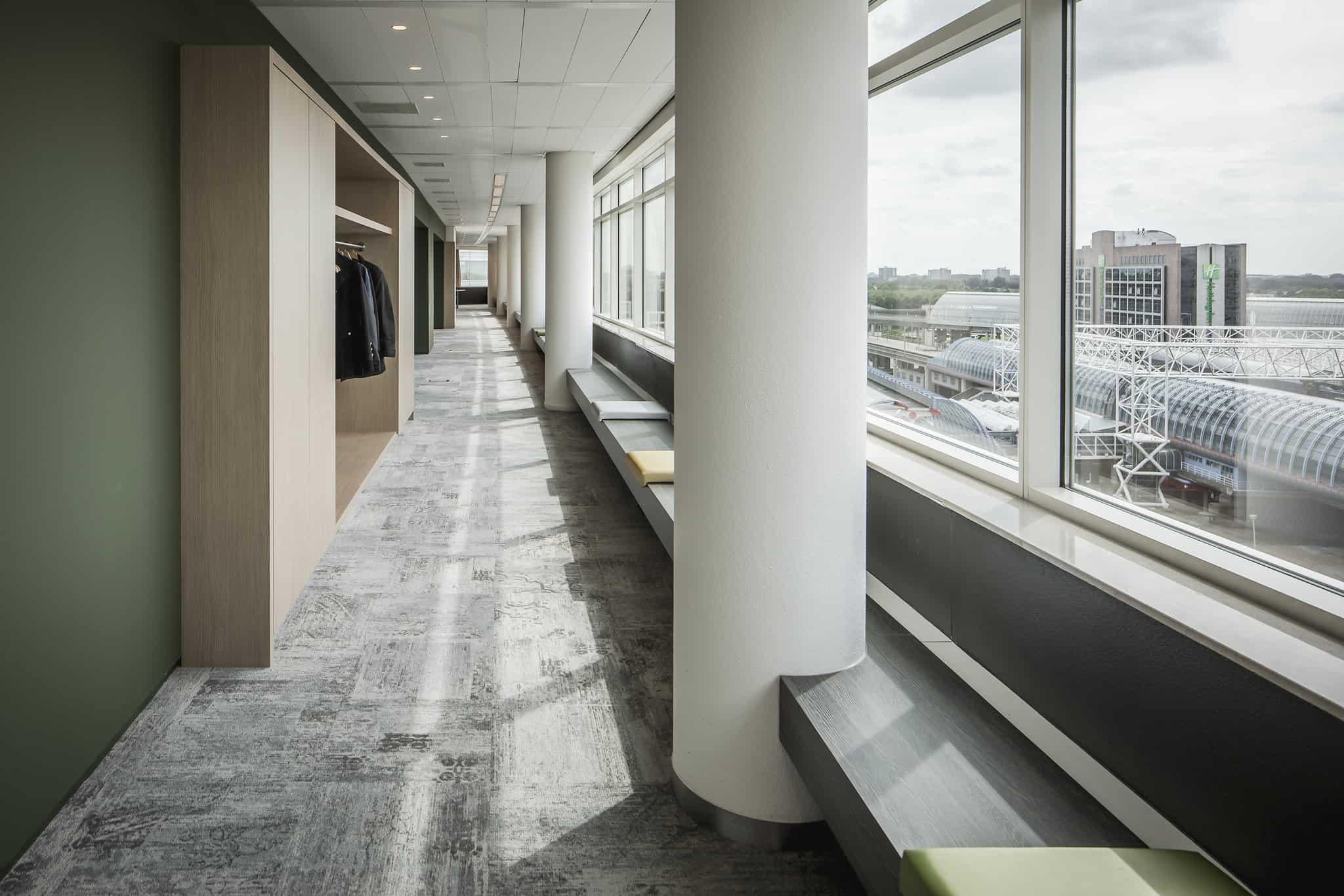 Klap Interieurontwerp met een gaderobe en lockerkasten geïntegreerd in de wanden.
