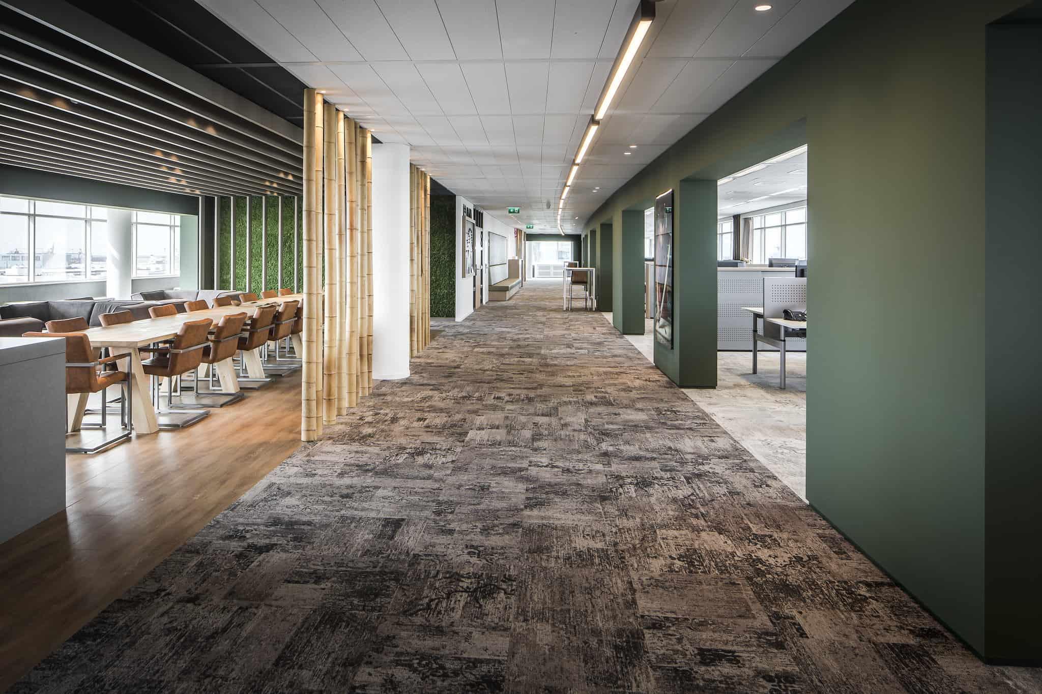 Klap interieur kantoor lange gang met links en rechts ramen lange tafel gaanderij en bureau's