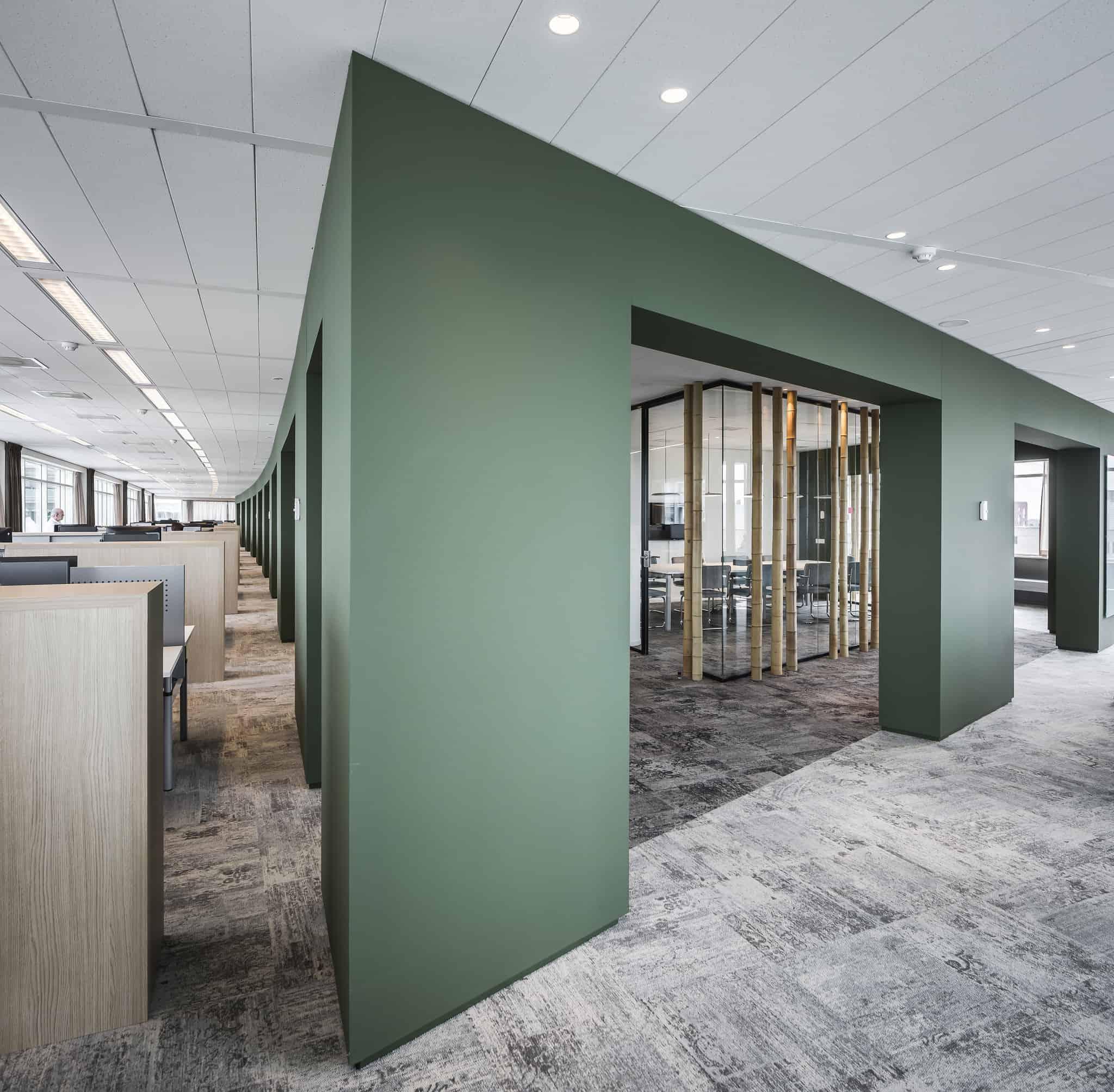 Klap interieur kantoor met stilte ruimten en bureau's