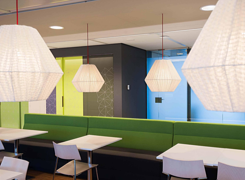 Goede verlichting boven de de open overleg ruimte binnen kantoorpand van Hay Group in Amsterdam