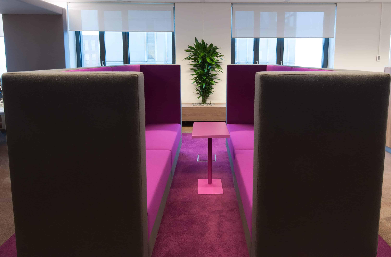 Hoge geluidsdichte lounge banken ideaal voor een bel moment een overleg moment met een collega of om even te relaxen in het kantoorpand van Hay Group in Amsterdam