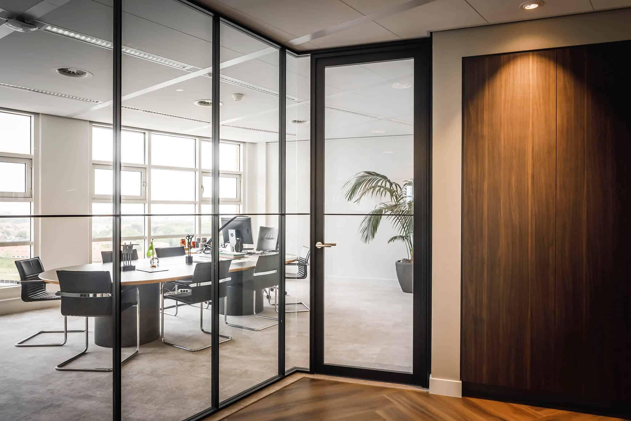 Glazen wanden constructie met staal voor de boardroom met fraai uitzicht over de stad Amersfoort