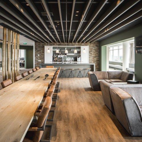 Wildenberg interieurarchitectuur Stan ontwerpt kantoor Klap met tafel en lounge zithoek lange eettafel