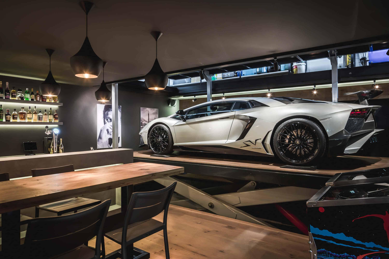 Een lift in de man cave (kelder) waarmee de Lamborghini naar boven en beneden geplaatst kan worden