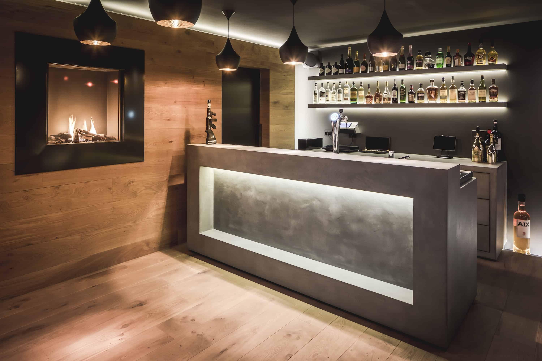 Een kelder speciaal met een bar en openhaard met een mooie whisky