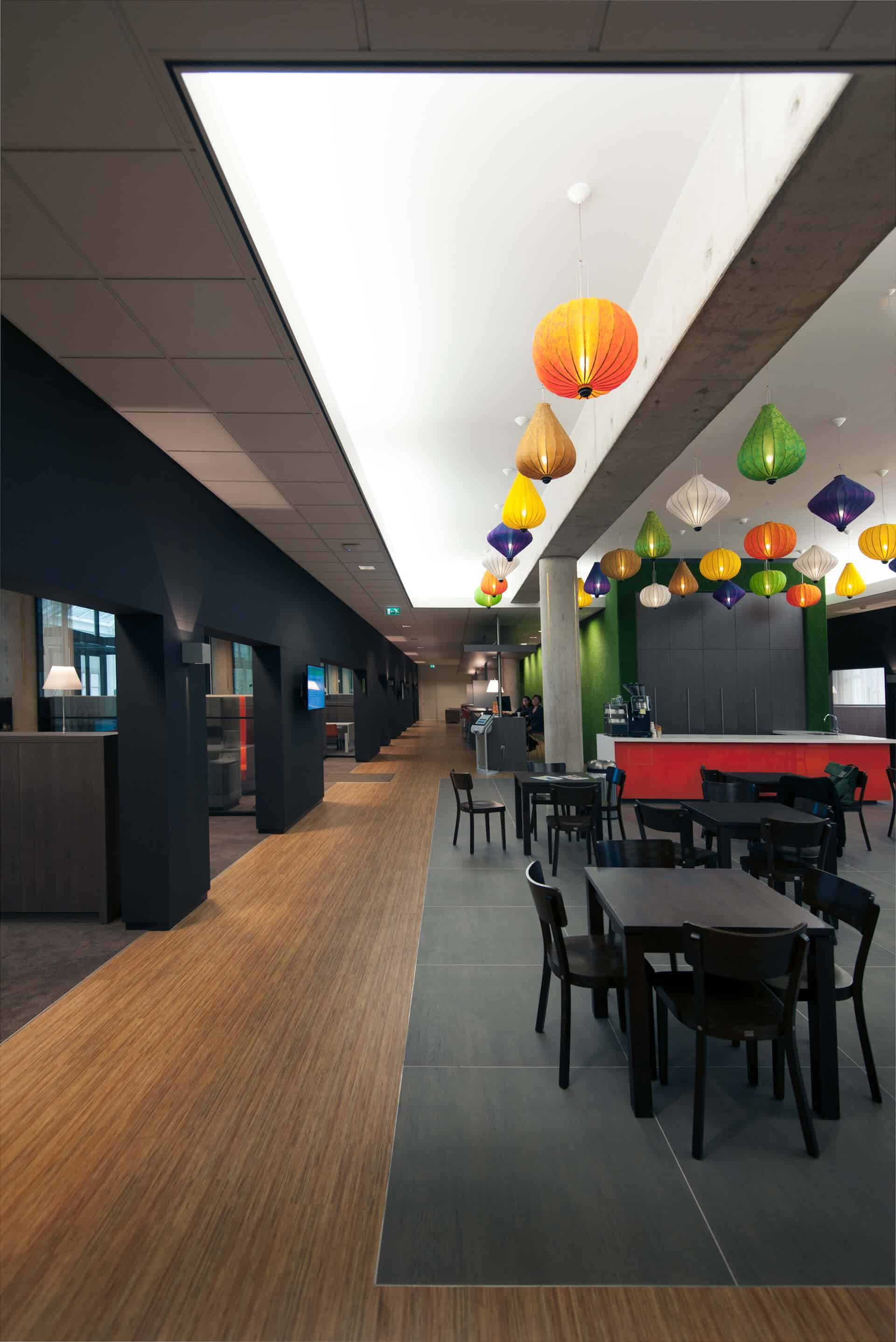 n het interieurontwerp is een koffiebar met tafels en stoelen gecreëerd voor zakelijke ontmoetingen