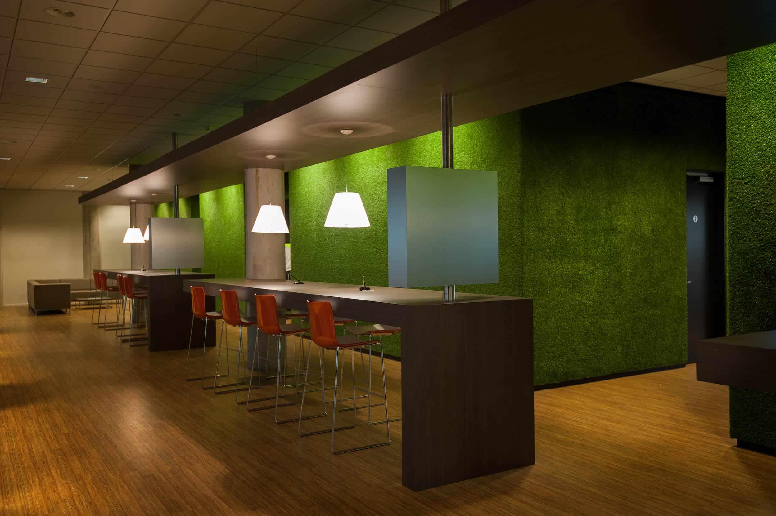 Hoge overlegtafels in kleurrijke inspirerende omgeving ruimtelijk opgezet