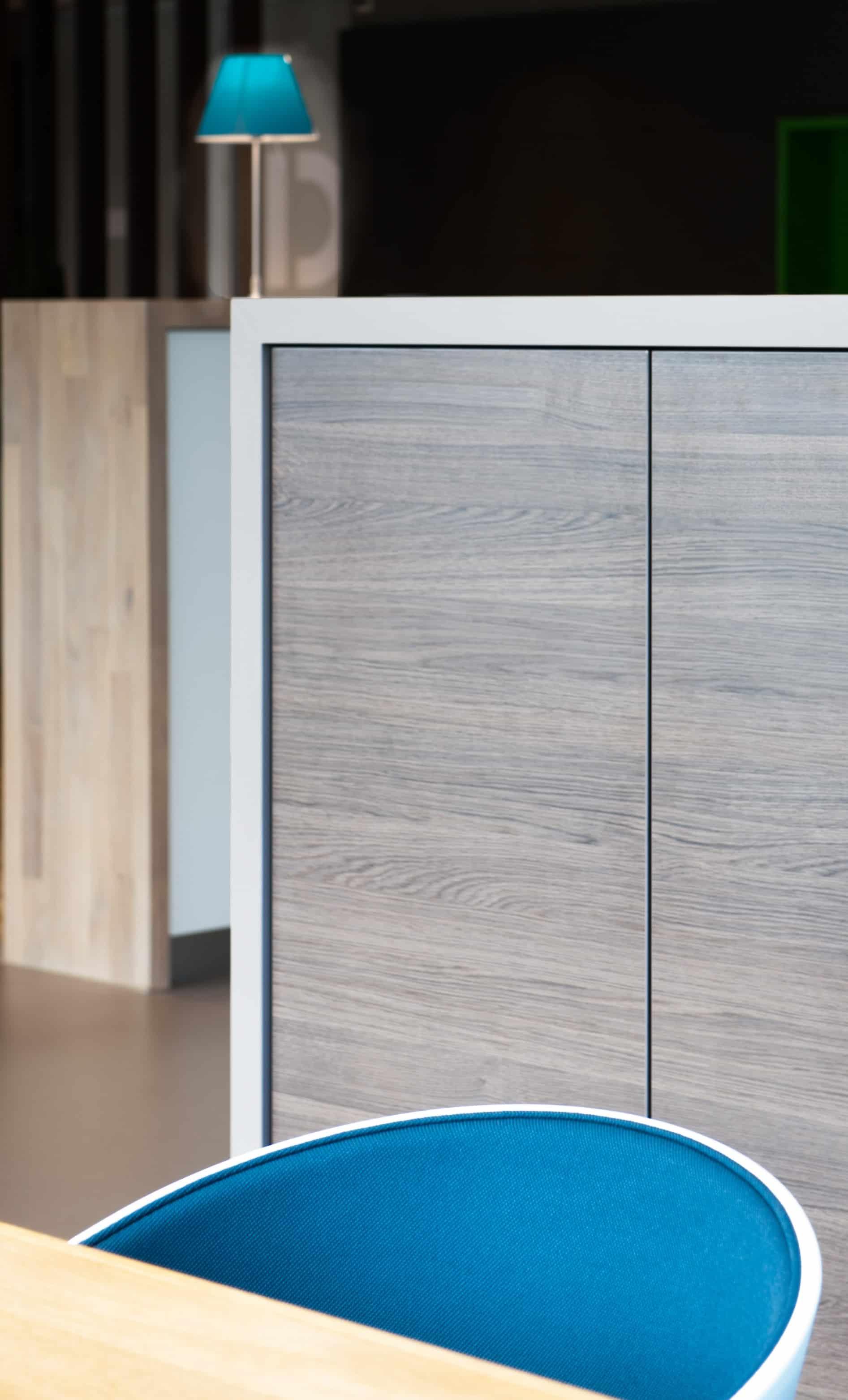 Het ontwerp van een kantoorinterieur met mooie opberg kastenwand