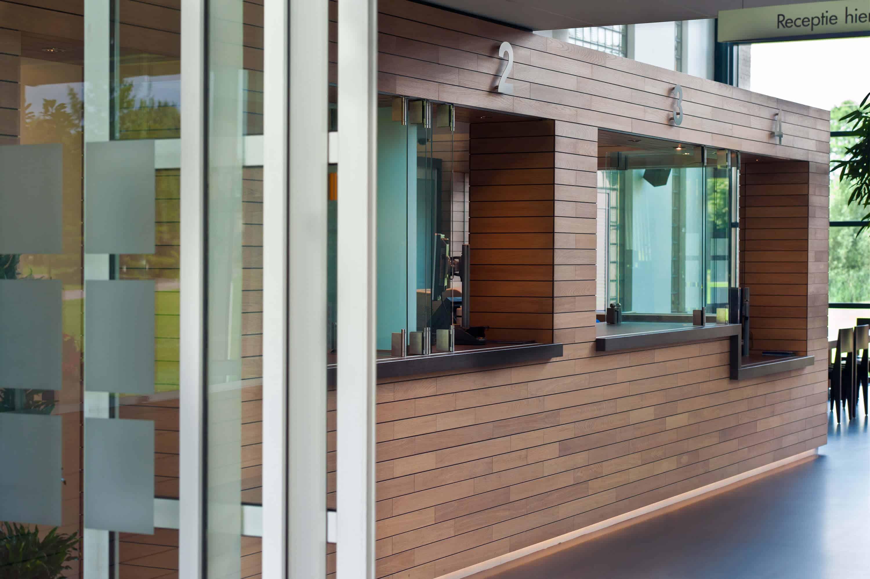 Loket en ontvangst balie met houten elementen voor gemeentehuis Bunnik ontwerp door Stan van den Wildenberg