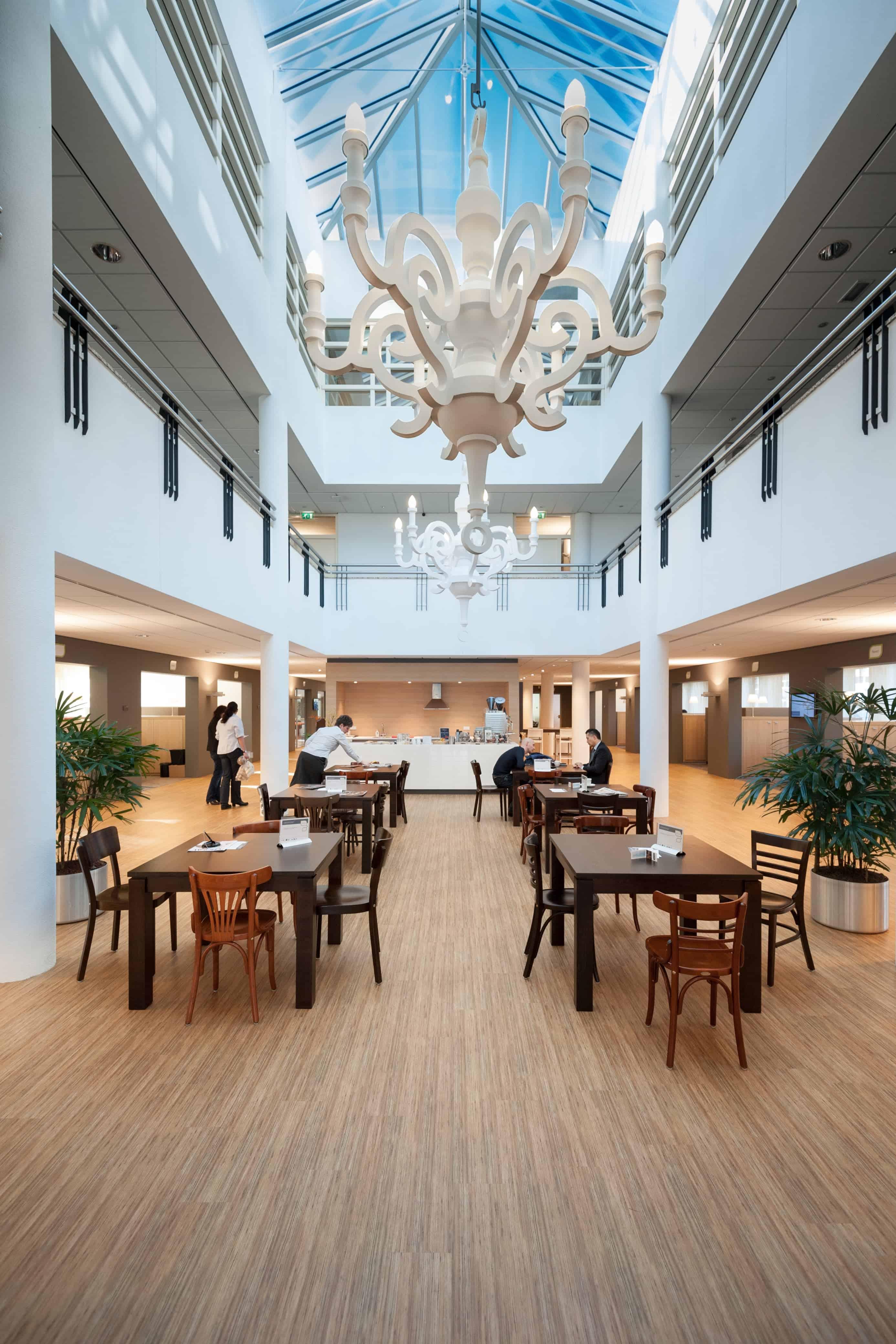 Ruime lichte open ruimte als ontmoetingsplek voor ondernemers in Amersfoort ontwerp door Stan van den Wildenberg