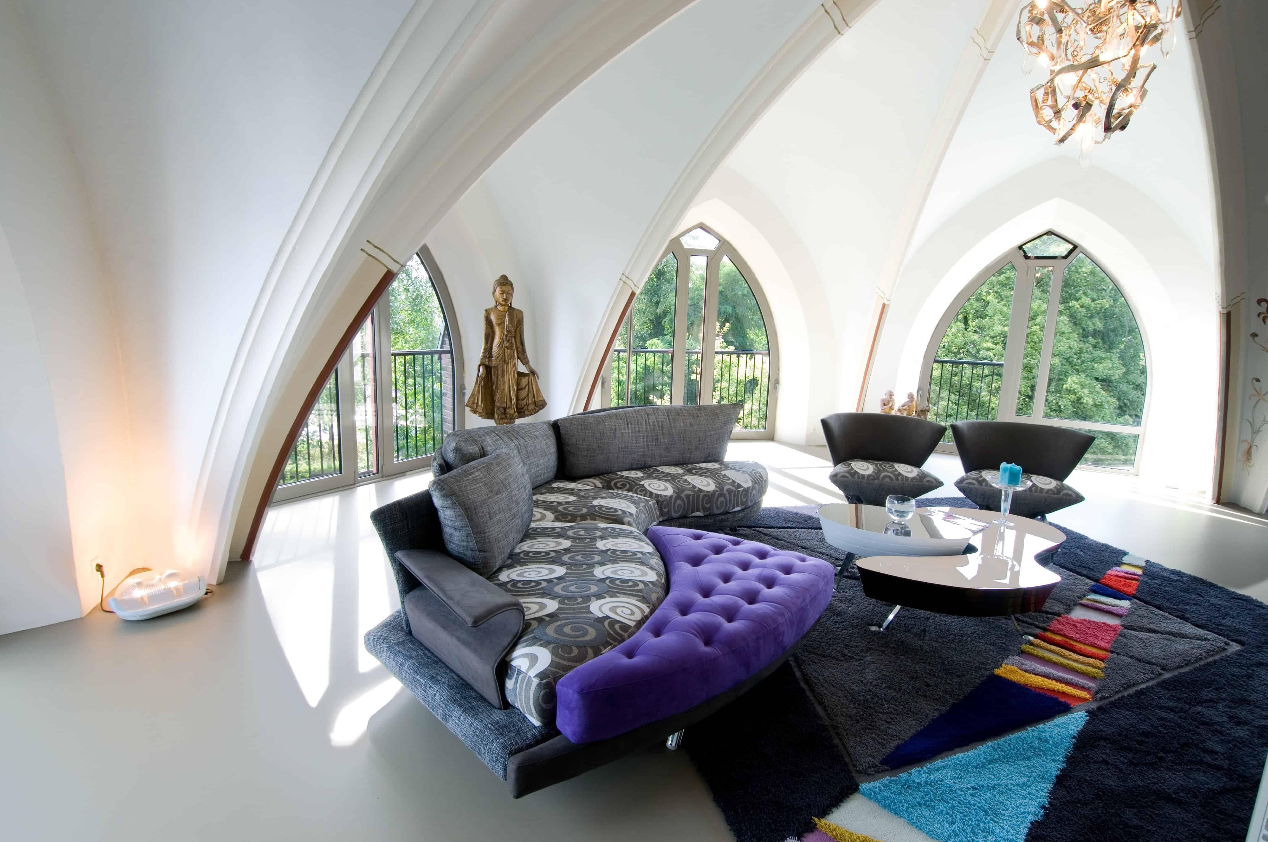 Luxe penthouse in kerk met een kleurrijke inrichting en gietvloer en mooie brand van Egmond lamp