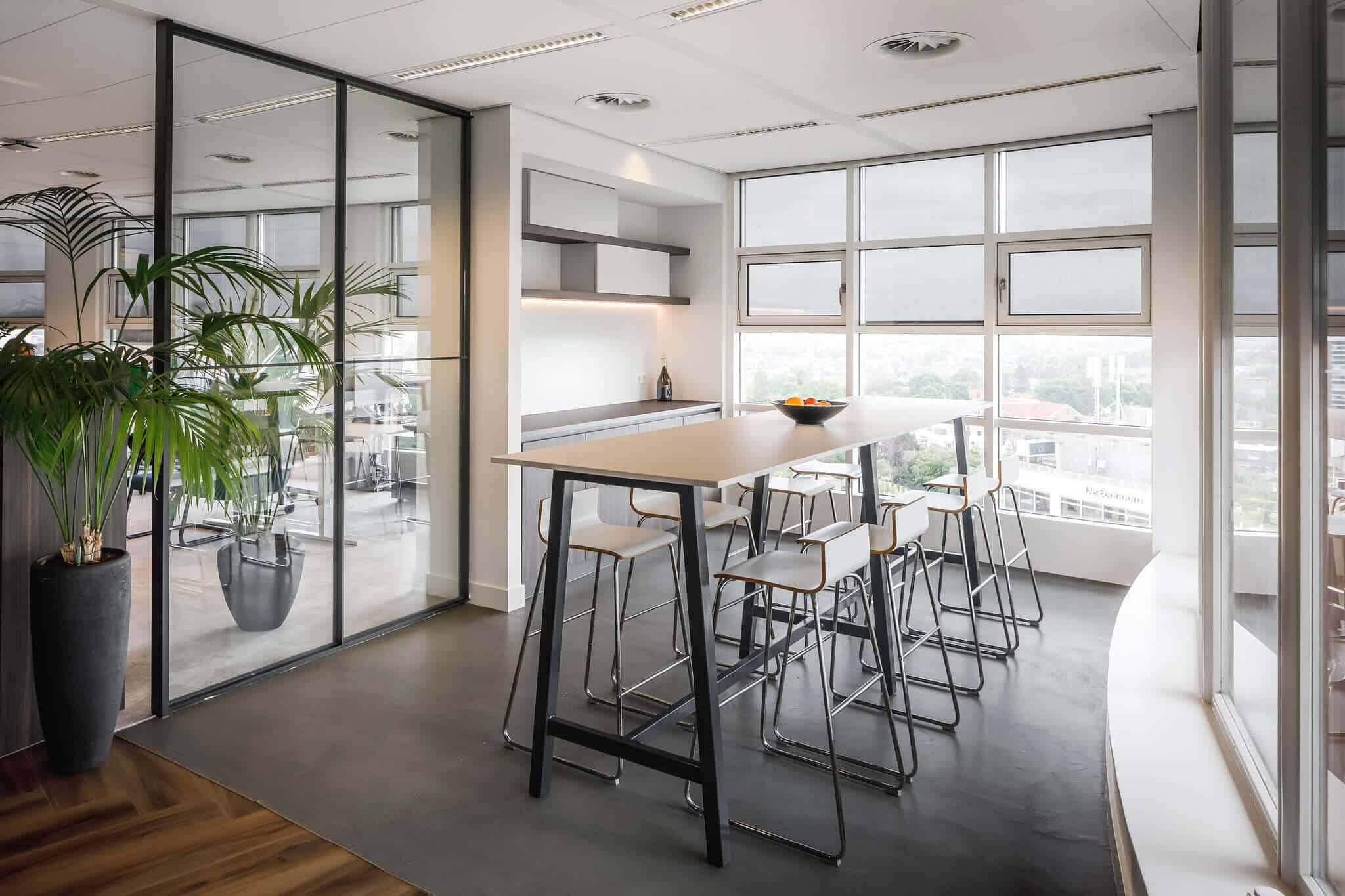 Wildenberg ontwerpt kantoor Delamine indirecte verlichting hoge tafel en barkrukken