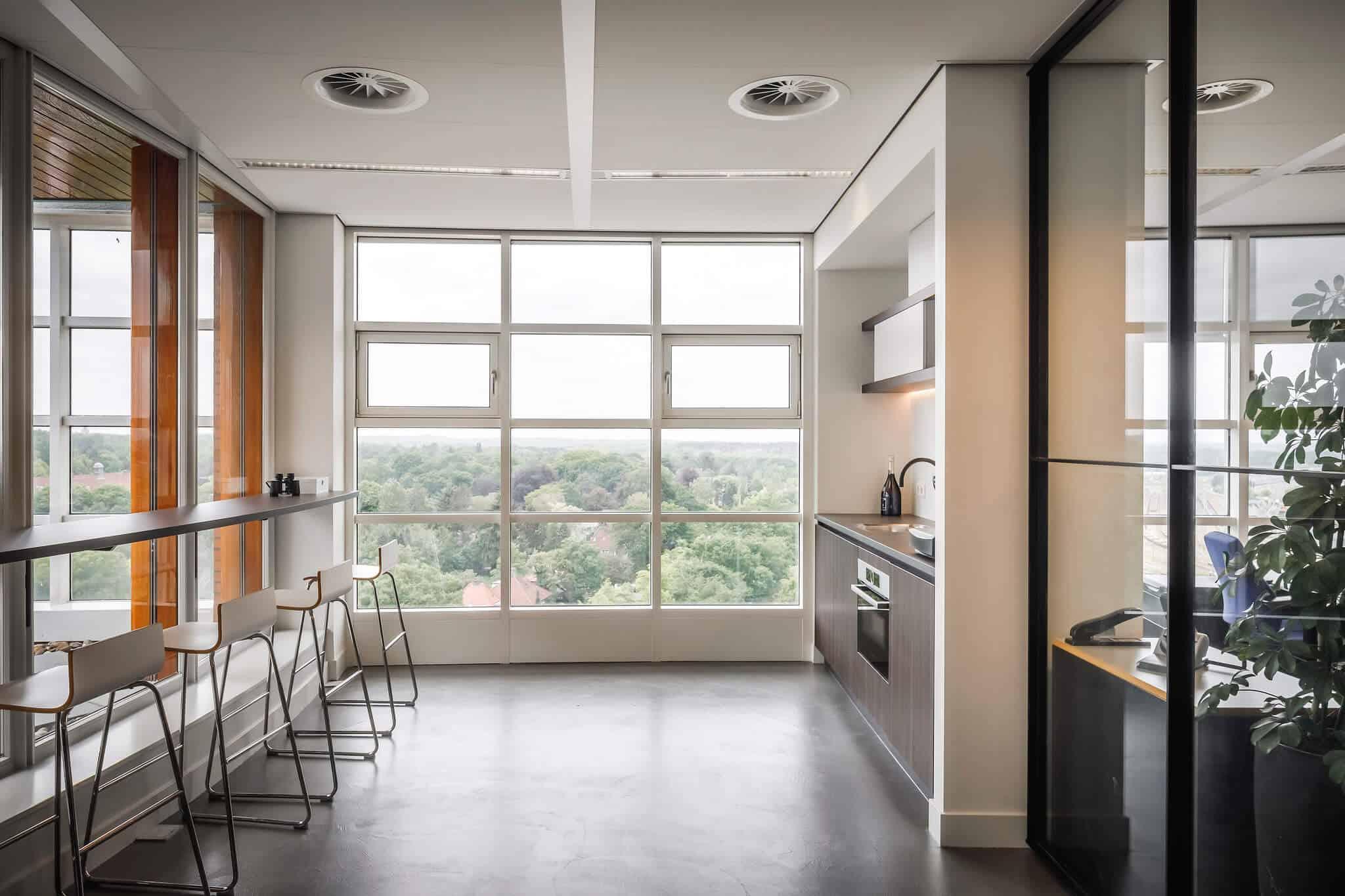 Wildenberg ontwerpt kantoor Delamine indirecte verlichting keuken pantry met krukken
