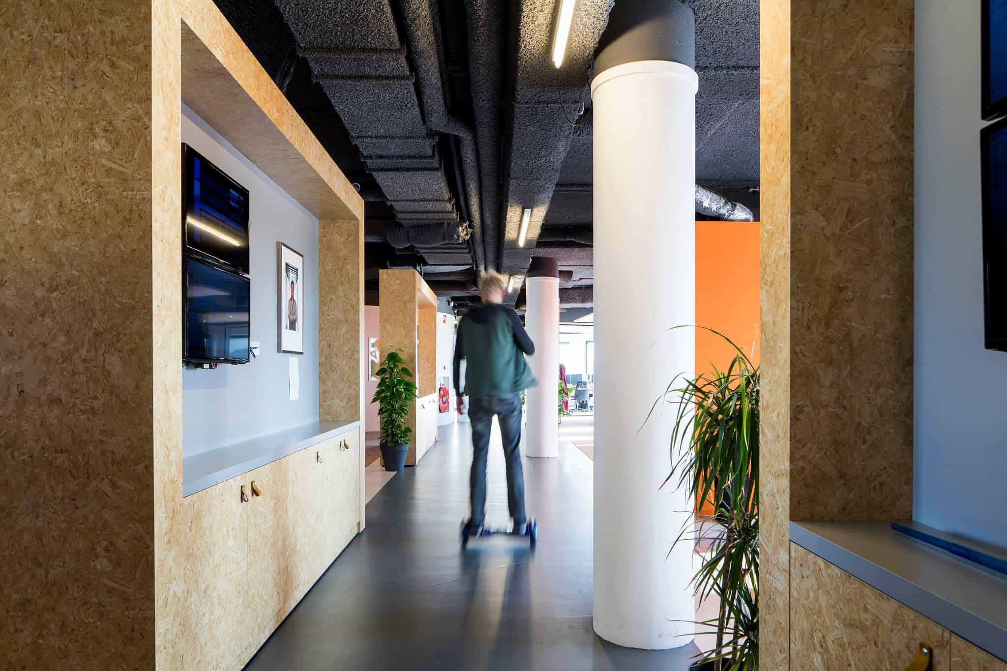 Interieurarchitect Wildenberg ontwerpt hoofdkantoor Infi gaanderij scrumwand