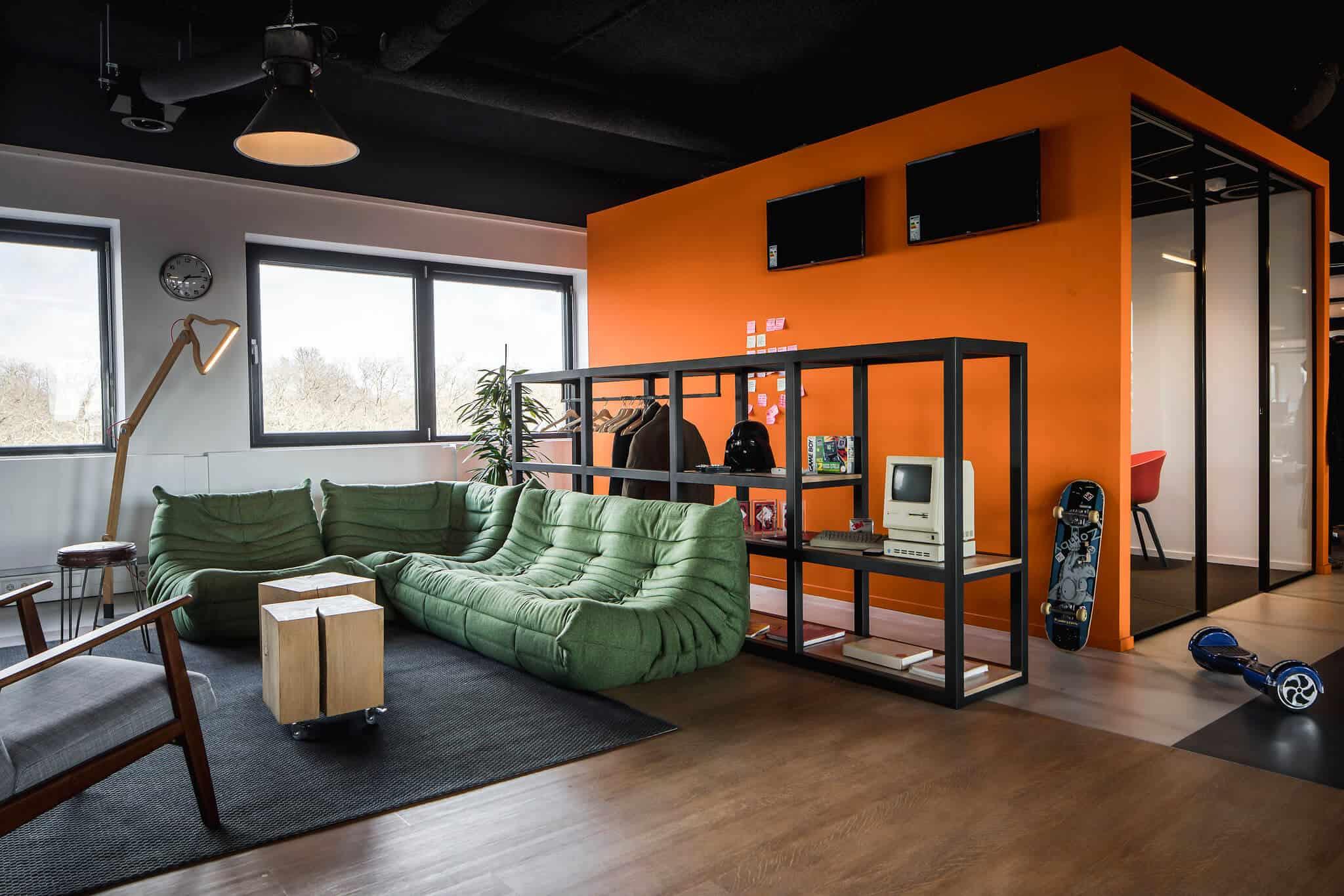 Interieurarchitect Wildenberg ontwerpt hoofdkantoor Infi kantoor met chill ruimte