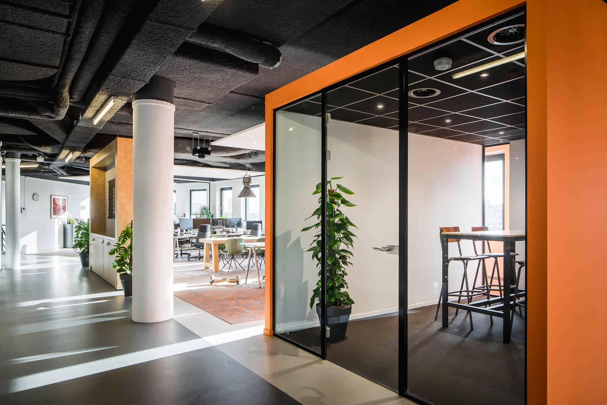 Interieurarchitect Wildenberg ontwerpt hoofdkantoor Infi overlegruimte