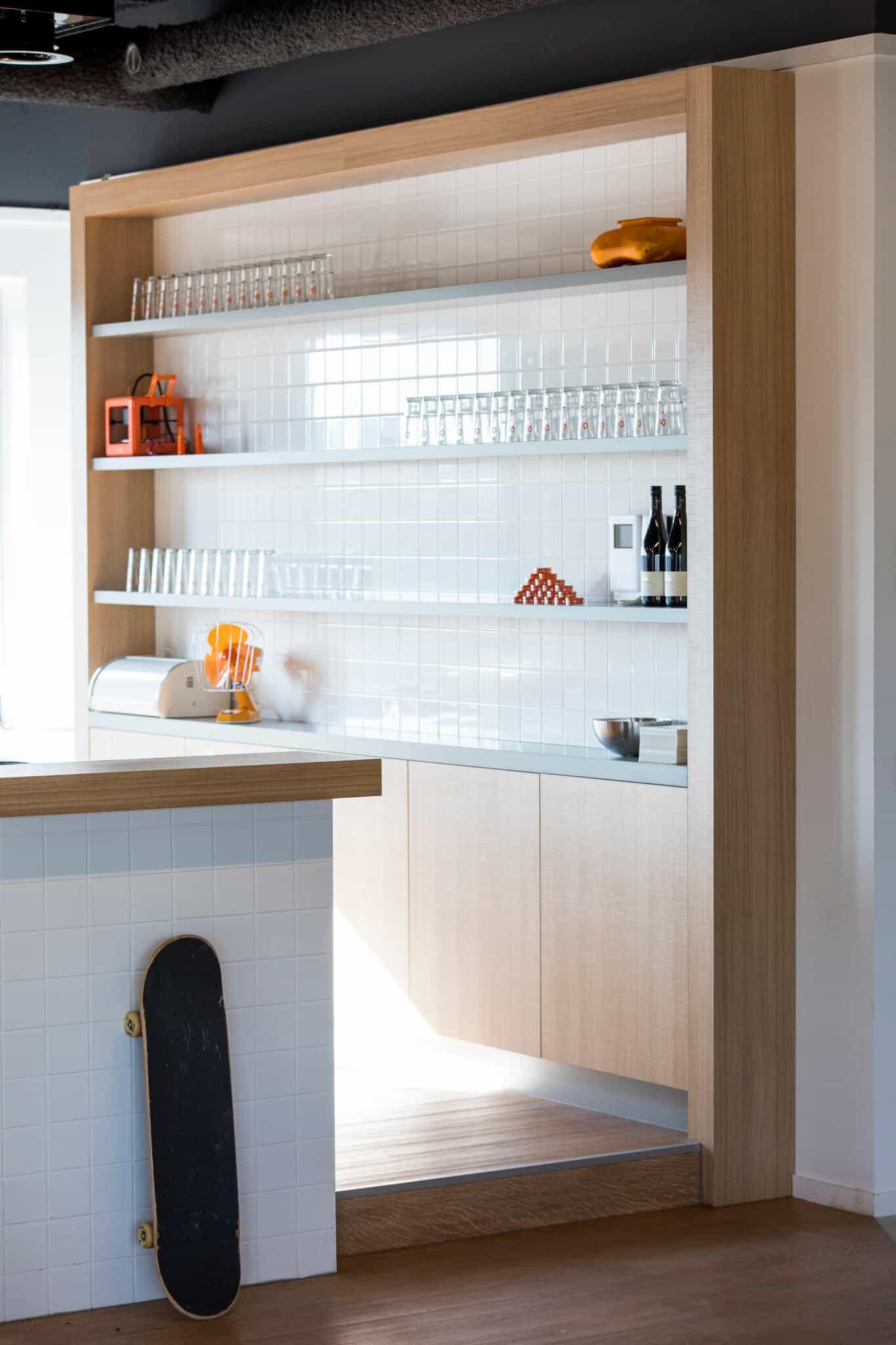 Interieurarchitect Wildenberg ontwerpt hoofdkantoor Infi pantry bedrijfsrestaurant keuken op maat skateboard