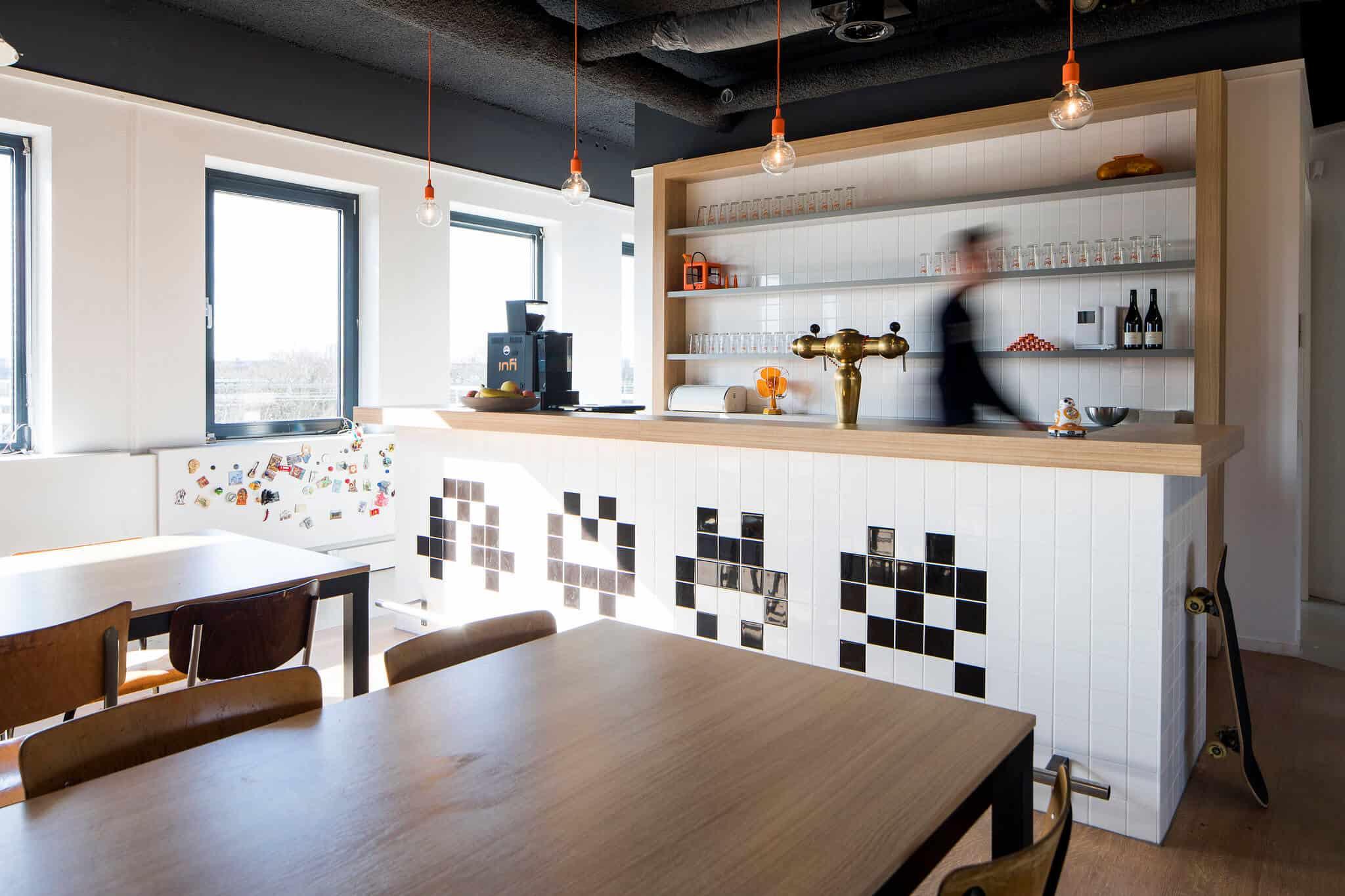 Interieurarchitect Wildenberg ontwerpt hoofdkantoor Infi pantry bedrijfsrestaurant met persoon