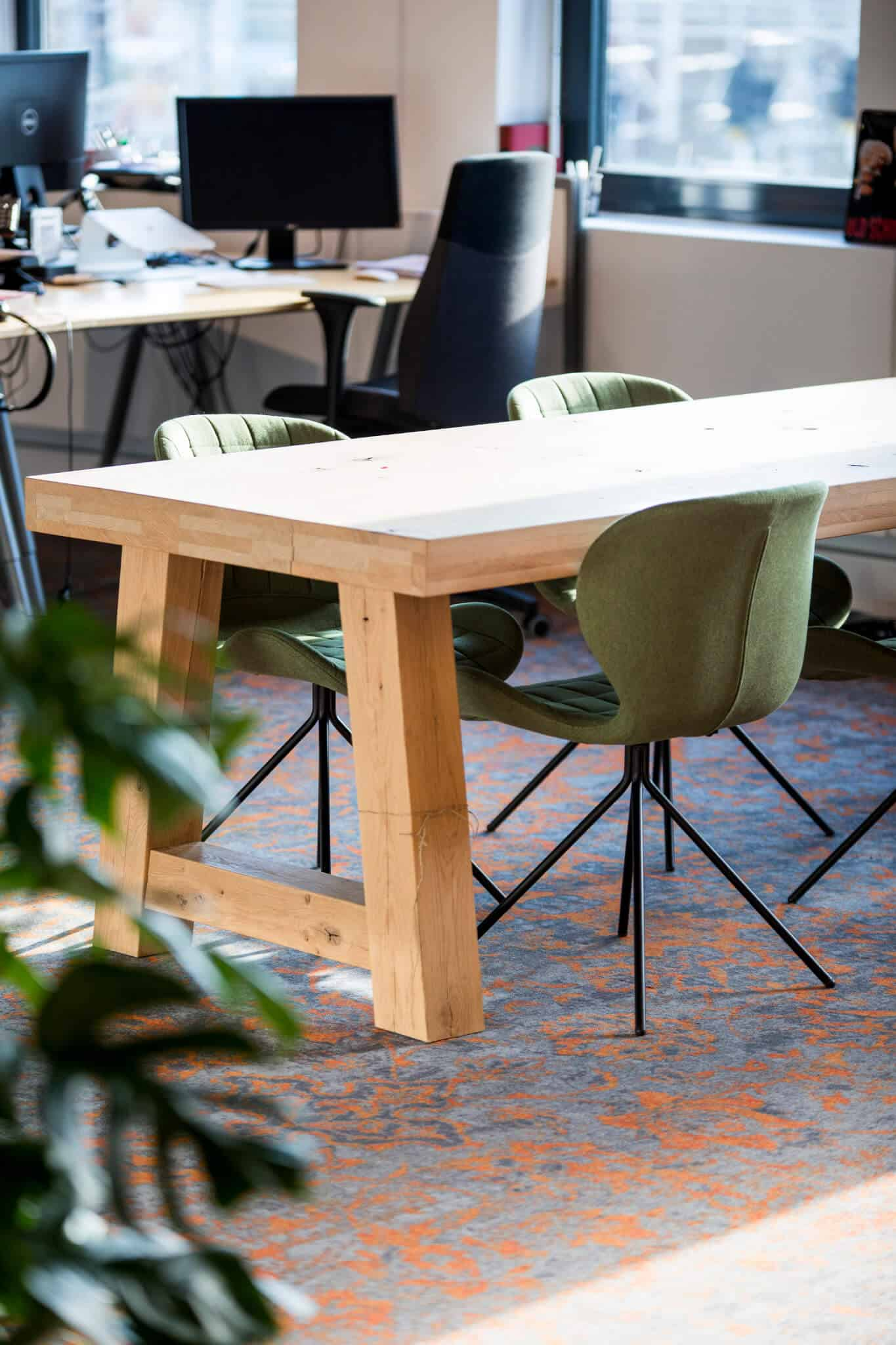 Interieurarchitect Wildenberg ontwerpt hoofdkantoor Infi tafel met stoelen