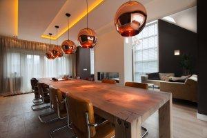 interieurarchitect Stan van den Wildenberg ontwerpt aanbouw met lange tafel en plafond met rose gouden lampen.