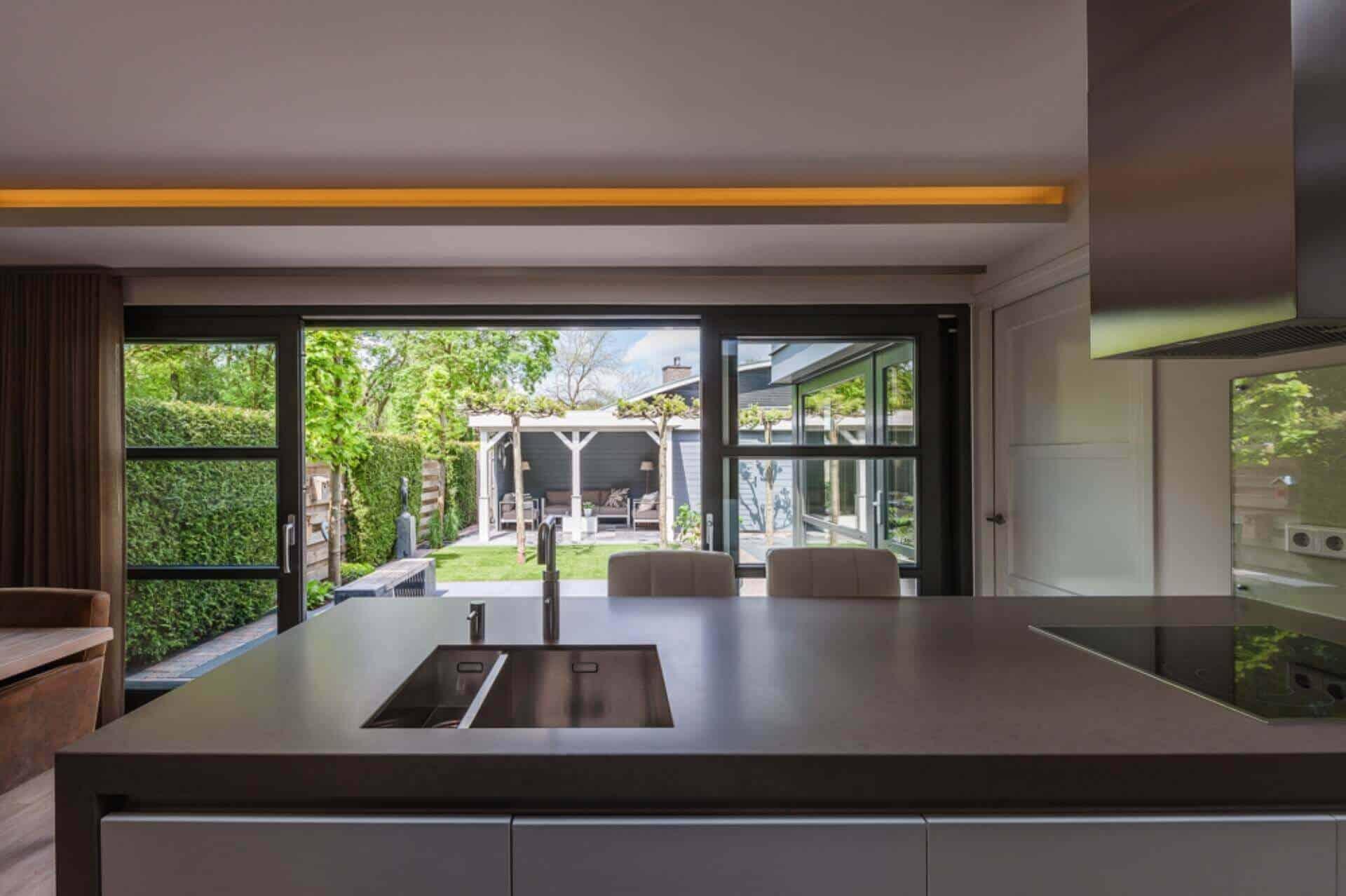 interieurarchitect Stan van den Wildenberg ontwerpt keuken met indirecte verlichting