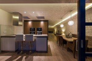 interieurarchitect Stan van den Wildenberg ontwerpt woonkamer met indirecte verlichting en kroonluchters