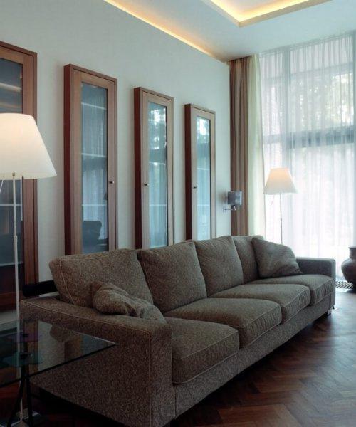 binnenhuisarchitect Stan van den Wildenberg ontwerpt villa in Amersfoort woonkamer met indirecte verlichting in plafond en inbouw kasten