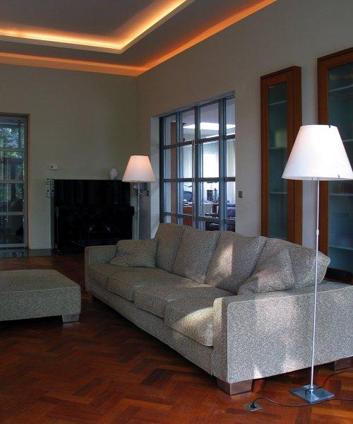 binnenhuisarchitect Stan van den Wildenberg ontwerpt villa in Amersfoort woonkamer met Luceplan Costanza Compleet Kap Wit Aluminium + Touchdimmer Vloerlamp