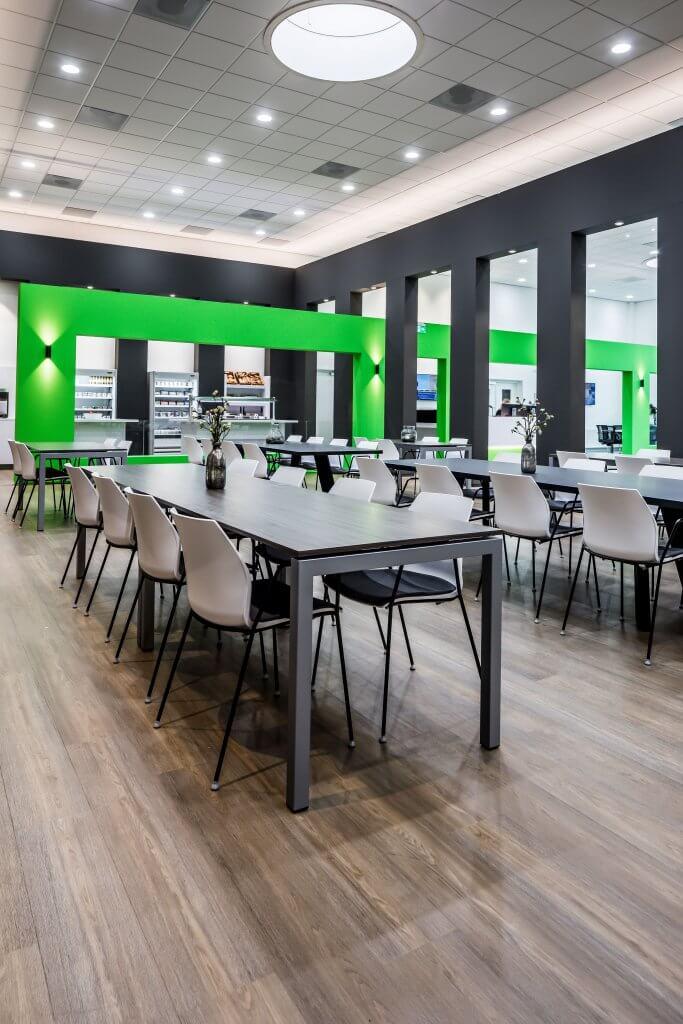 interieur architect Stan van den Wildenberg ontwerpt bedrijsrestaurant voor Dimension Data Nederland in Amersfoort met 5 meter hoge schuifdeur open