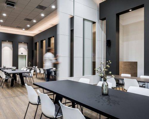 interieur architect Stan van den Wildenberg ontwerpt bedrijsrestaurant voor Dimension Data Nederland in Amersfoort met 5 meter hoge schuifdkeur dicht jpg