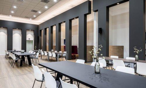 interieur architect Stan van den Wildenberg ontwerpt bedrijsrestaurant voor Dimension Data Nederland in Amersfoort met 5 meter hoge schuifdkeur open