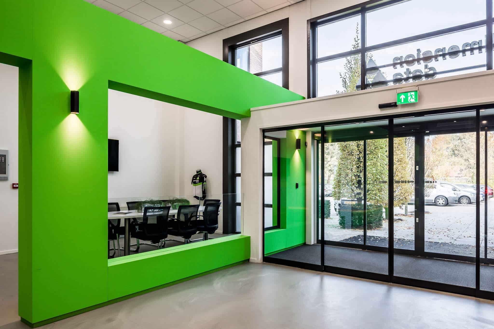 interieur architect Stan van den Wildenberg ontwerpt kantoor Dimension Data Nederland in Amersfoort entree met glazen schuifdeuren