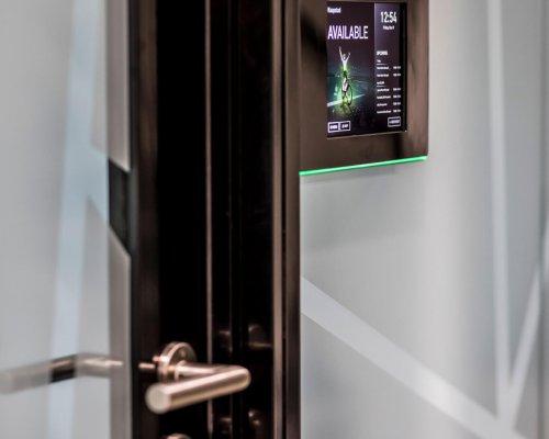 interieurarchitect Stan van den Wildenberg ontwerpt kantoor Dimension Data Nederland in Amersfoort met I pad wandhouder voor reserveren vergaderruimte