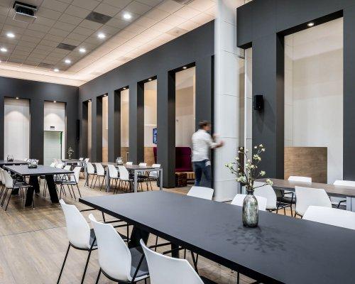 interieurarchitect Stan van den Wildenberg ontwerpt kantoor Dimension Data Nederland in Amersfoort met hoge schuifdeuren van 5 meter die Danny Ossendrijver met 1 hand beweegt