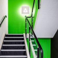 interieurarchitect Stan van den Wildenberg ontwerpt kantoor Dimension Data Nederland in Amersfoort trap met verlicht logo