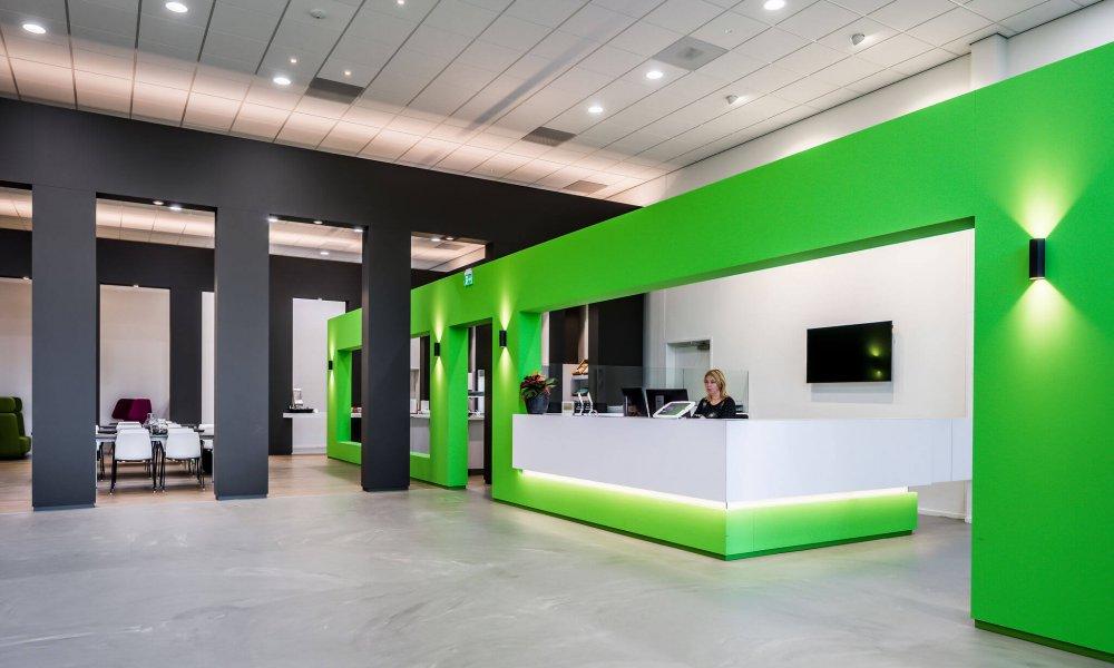 interieurarchitect Stan van den Wildenberg ontwerpt receptie balie gemaakt door Fijri interieurbouw en vloer type Concreet van Desso in kantoor Dimension Data Nederland in Amersfoort.