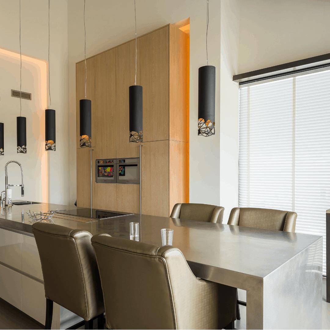 interieurarchitect Stan van den Wildenberg ontwerpt interieur voor loft appartement met keuken eiland van en inbouw apparatuur Voortman met indirecte verlichting