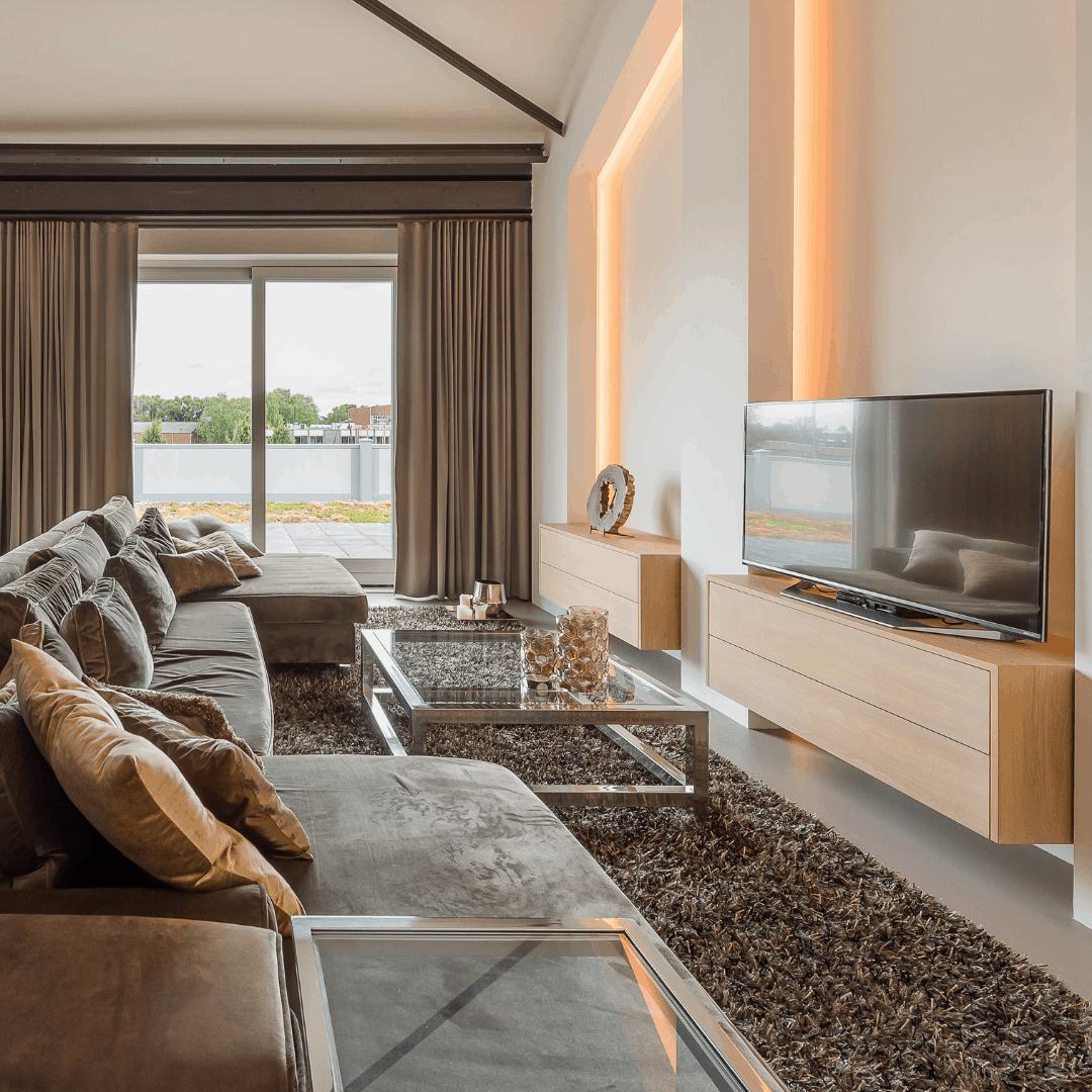 interieurarchitect Stan van den Wildenberg ontwerpt interieur voor loft appartement met tv meubel van Mentofix en indirecte verlichting Prinsen Bouw en bank en kleed