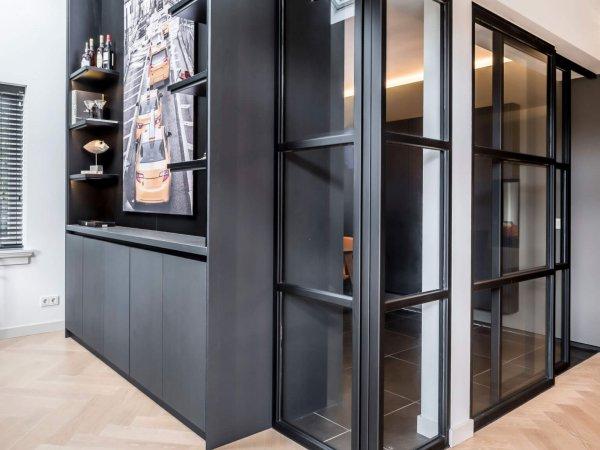 binnenhuisarchitect Wildenberg ontwerp interieur kast op maat indirect licht entree met stalen deur