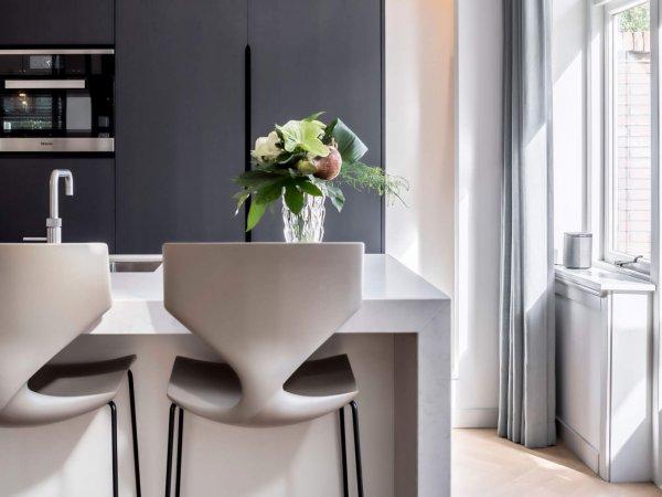 binnenhuisarchitect Wildenberg ontwerp keuken kookeiland bar inbouwapparatuur barkrukken